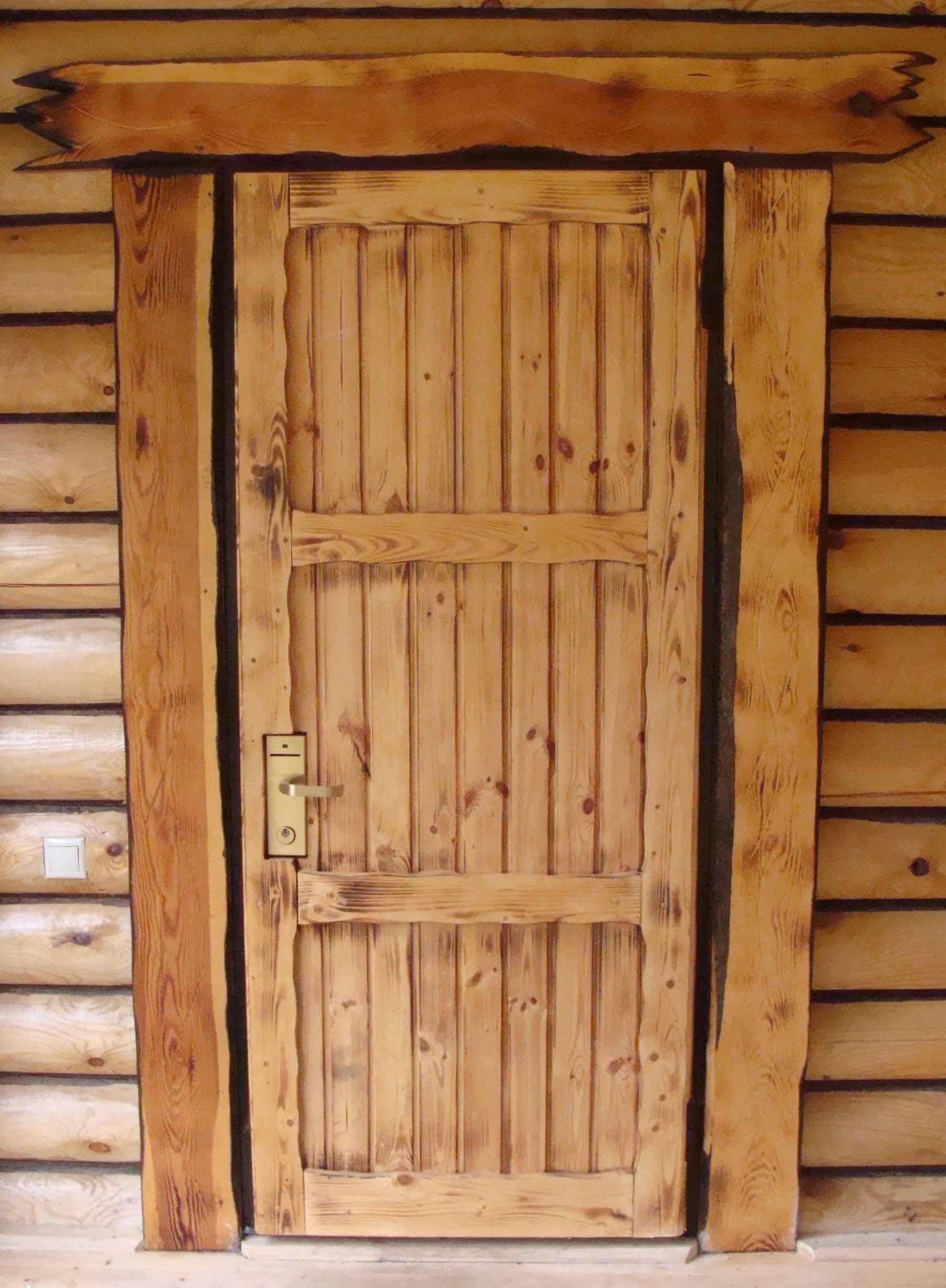 Деревянные двери из досок